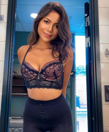 Apinya, 25